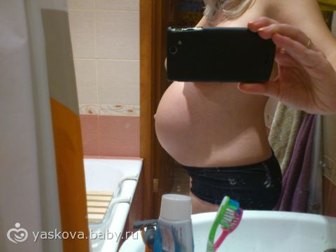 При повышении тонуса передней стенки матки на данном сроке беременные ощущают, как живот становится твердым, на более поздних сроках могут быть боли внизу живота тянущего характера.