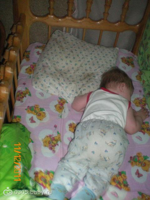 Нередко для мамы становится проблемой отказ малыша спать на спине или боку.
